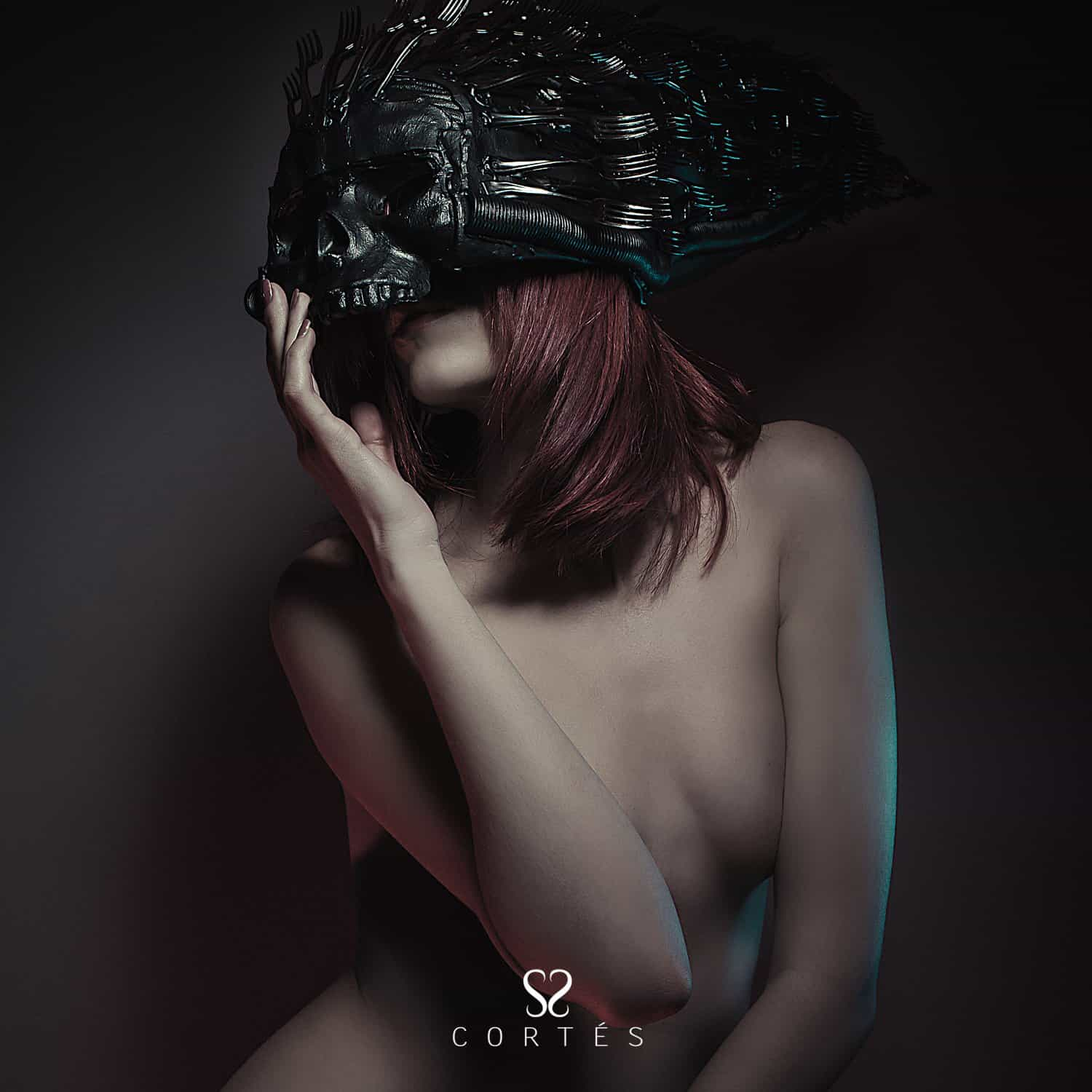 naked-redhead-girl-with-red-corset-and-helmet-skull-with-forks Fernando Cortés - Fotografía creativa y creación de estilismos